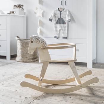 Le cheval à bascule en bois fait en Europe