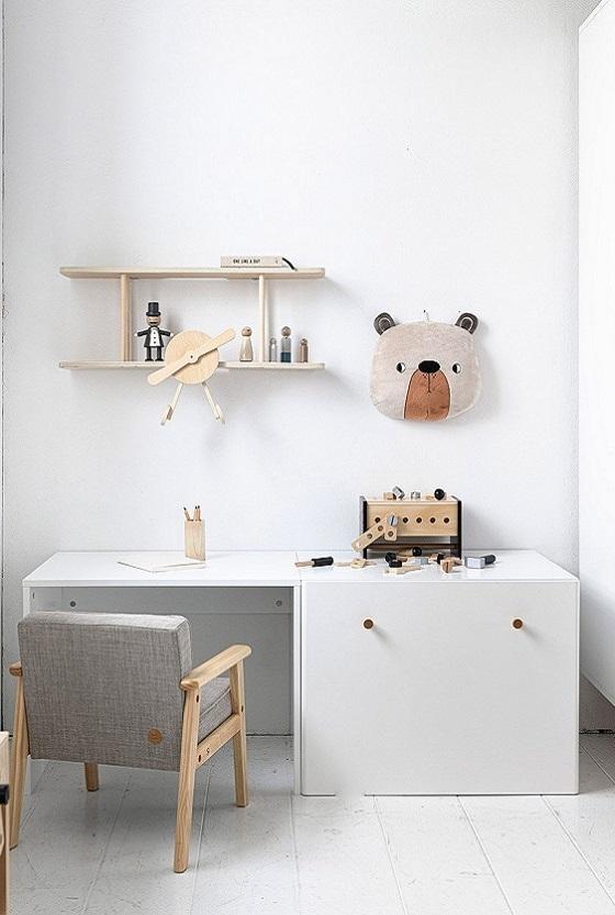 CHambre enfant : rangement et chaise et table bureau par Petite Amélie