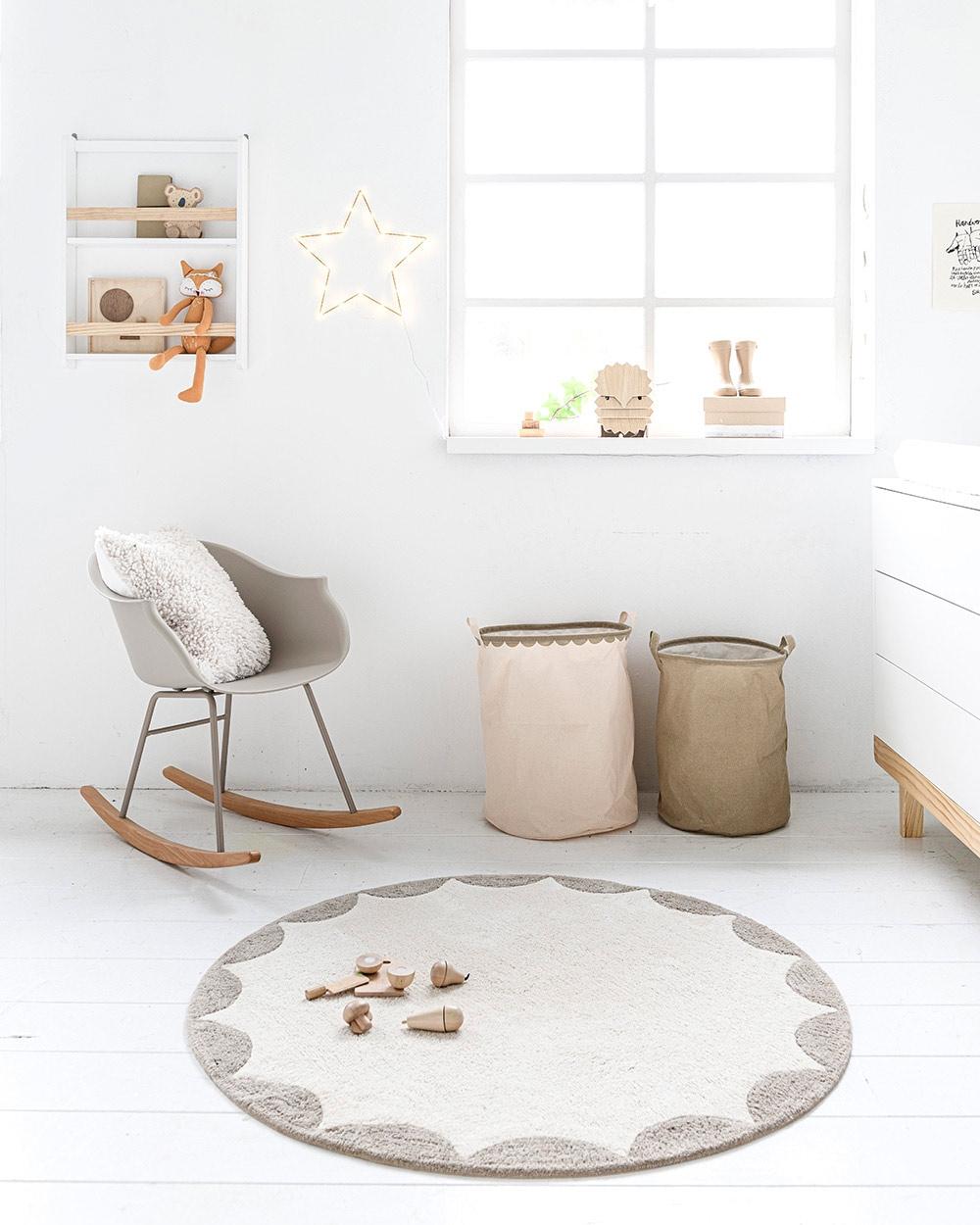 Chambre bébé avec jouets en bois, boîte à formes Petite Amélie