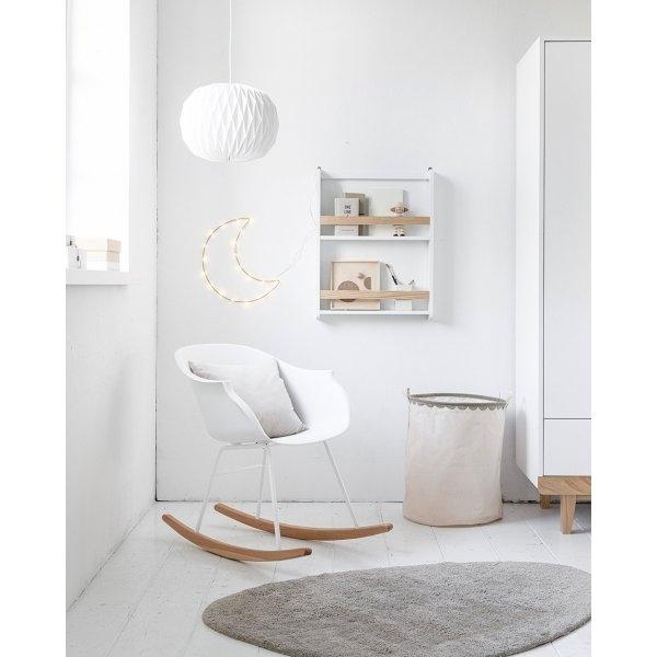 Chambre bébé décoration fauteuil allaitement et tapis par Petite Amélie