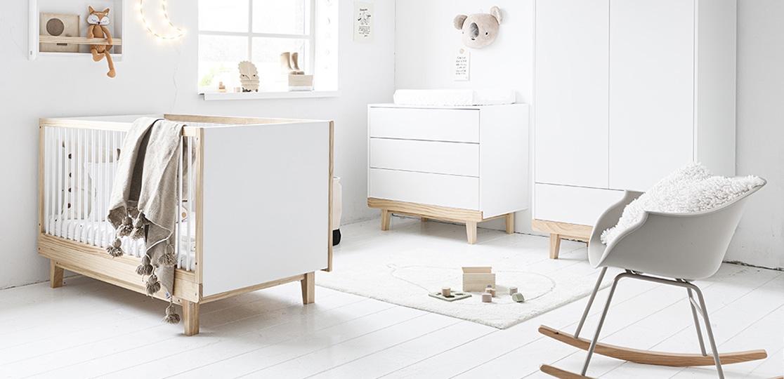 Chambre bébé - lit bébé bois blanc par Petite Amélie