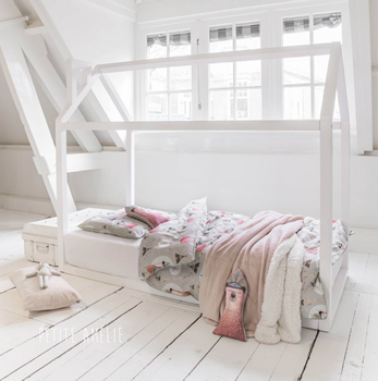 White wooden juniorbed