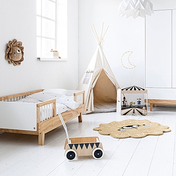 Chambre enfant 2 ans avec lit enfant barrières bois blanc Petite Amélie